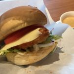 【カフェ】福山市鞆町の「潮待ちホテル 櫓屋-ROYA-」~鯛フライにチーズとスイートチリをからめたオリジナルバーガー